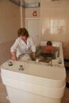 Подводный душ-массаж делают с помощью струи воды под давлением в 2-3 атм , которая направляется на пациента под водой.  Данный метод представляет собой удачное сочетание влияния на организм общей теплой ванны и массажа.